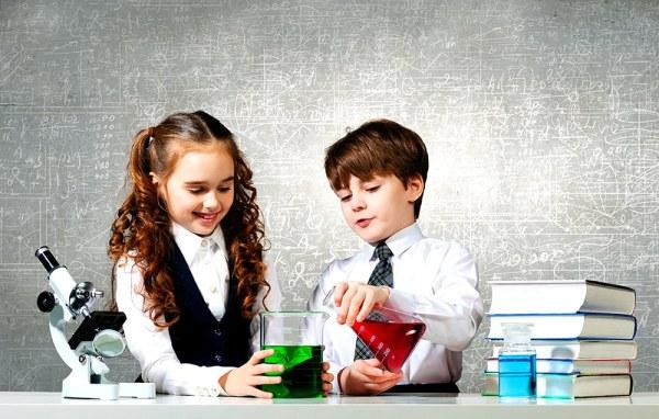 une fille et un garçon font une expérience de chimie
