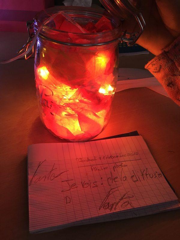 un enfant a fabriqué une lampe avec de la lumière rouge