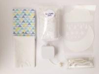 contenu du kit : 2 coupons de tissu, 1 mécanisme musical, 1 sachet de rembourrage, 2 rubans, 18 motifs thermocollants effet velours