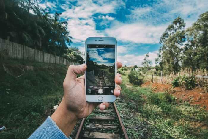 bonheur, téléphone et réseaux sociaux
