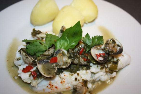 Filets de merlu aux coques sauce verte aux herbes fraîches
