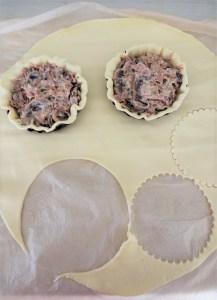 garnissage des tourtes champignons et confit de canard