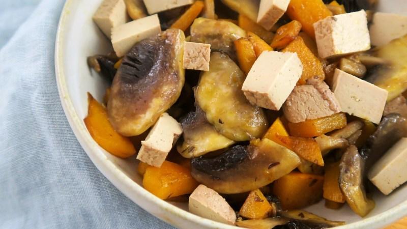 Poêlée de potimarron facile au tofu fumé et champignons