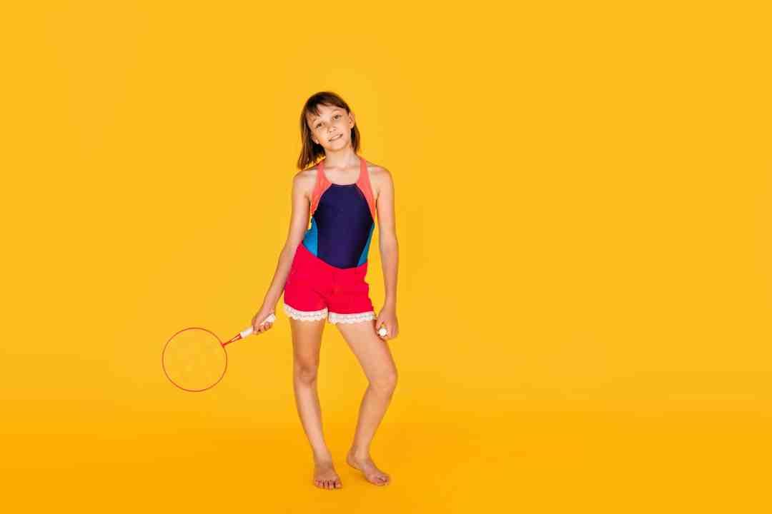 Photo petite fille avec raquette de badminton