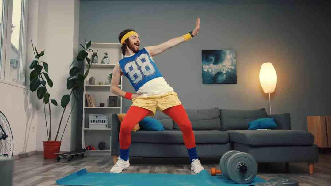 Homme faisant du sport à la maison