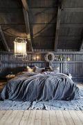 une-chambre-mansardee-en-bois-brut-esprit-grange_5637613