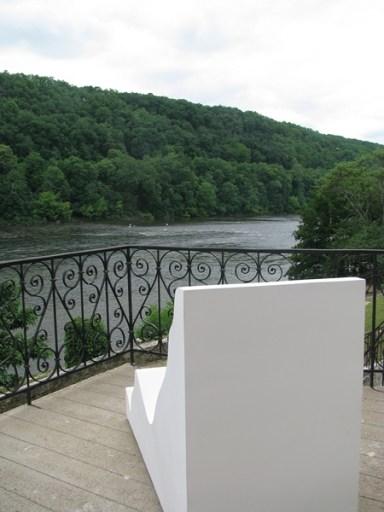 Elvire Bonduelle propose aux visiteurs à s'asseoir sur les sculptures pour ne plus les contempler elles, mais leur environnement