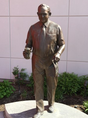 Dave Thomas waits to greet visitors at a Wendy's in Dublin, OH
