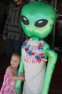 Cussling with an alien in Roswell, New Mexico - April 2011