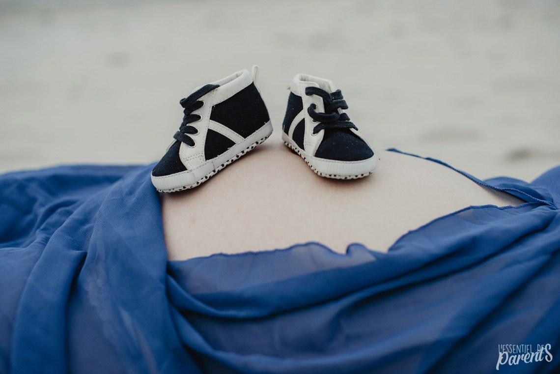 Chaussure de bébé posées sur ventre grossesse