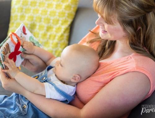 maman et son bébé qui touche un livre d'éveil