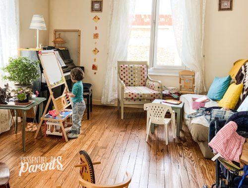 Enfant qui joue dans une pièce de vie sans tv - L'Essentiel des Parents - convictions