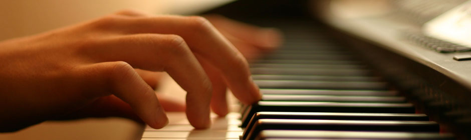 img-banner-hands-playing-piano