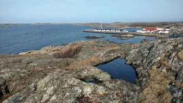 Looking down toward the boathouses from a rocky cliff of Vrångö. (Gothenburg, 25 April 2017)