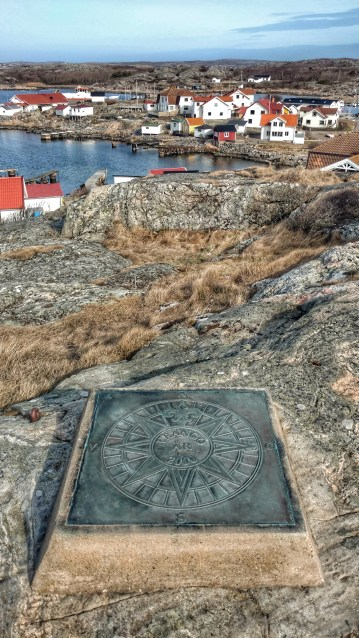In front of the pilotstation on Vrångö is a compass plaque in the rock. (Gothenburg, 25 April 2017)