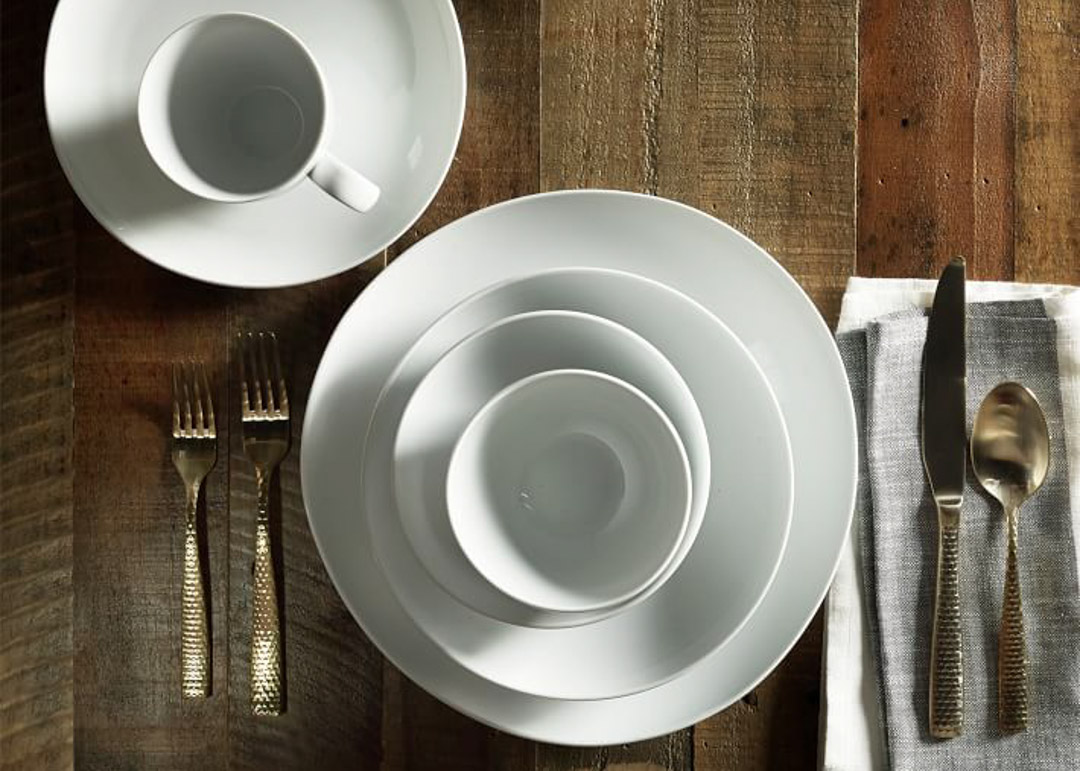 West Elm - Organic Shaped Dinnerware & Setting the table | Basic White Dinnerware - Les Soufflet