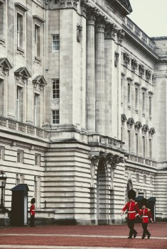 buckingham palace pressing robe mariage