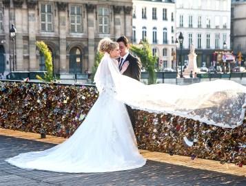 pressing robe mariage pont des arts paris couple shooting