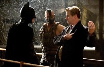 Christopher Nolan aux côtés de Christian Bale et Tom Hardy, sur le tournage de The Dark Knight Rises, dernier opus de la trilogie sur l'homme chauve-souris.