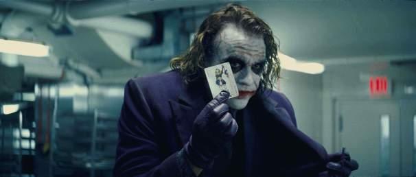Après Insomnia, Nolan commence à filmer sa trilogie. D'abord Batman Begins (en 2005), puis un autre volet, plus sombre, The Dark Knight (2008, voir l'image), et enfin la conclusion du triptyque, quelque peu critiquée, The Dark Knight Rises, en 2012. La puissante incarnation du Joker par Heath Ledger dans le second opus, The Dark Knight, fait encore froid dans le dos.