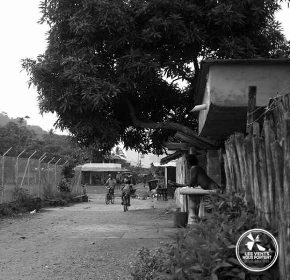 Rue en terre de Capurgana en Colombie