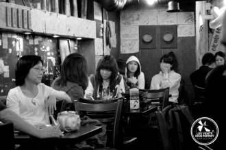 Coréens au restaurant à Seoul Aléas du voyage