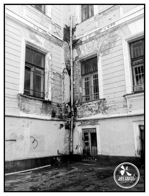 Réflexion sur la photo de rue, coin d'immeuble à Moscou, Russie