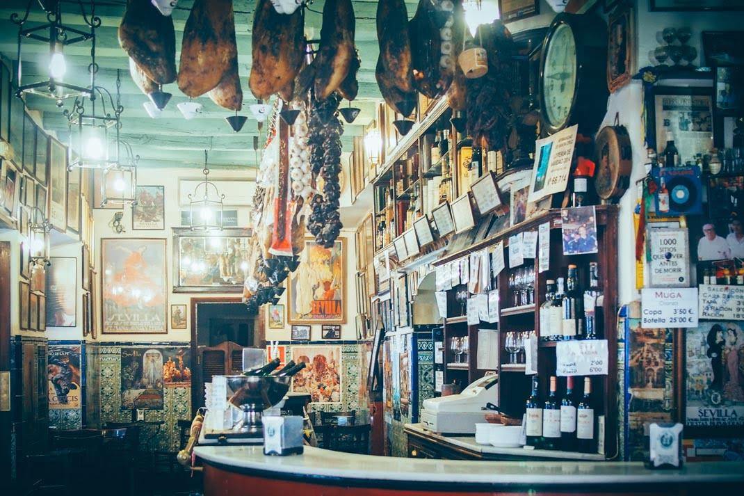 bar typique avec des jambons séchés à seville, voyage en espagne