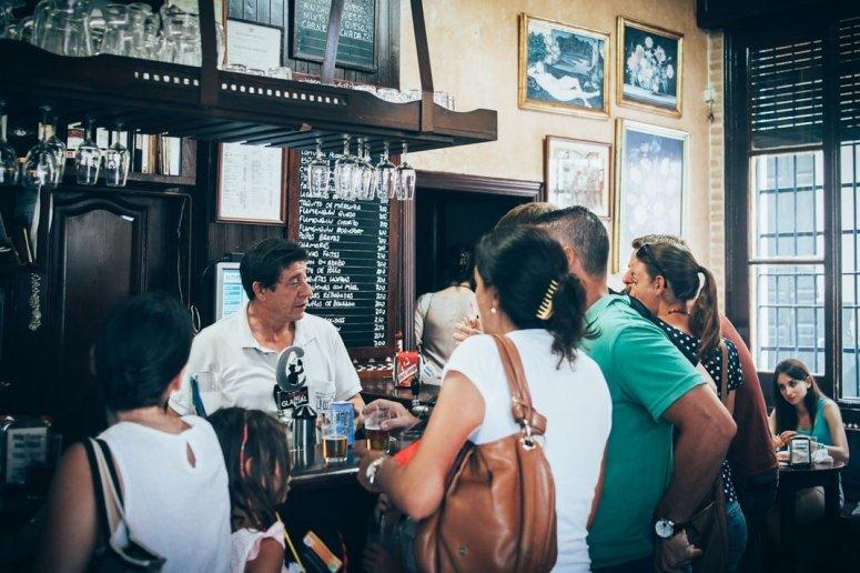ambiance au bar las columnas à seville voyage en espagne