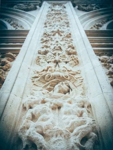 détails de la façade de la mairie de seville, voyage en espagne