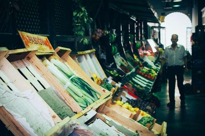 Etales de fruits et légumes au marché de feria de la macarena à seville, voyage en espagne