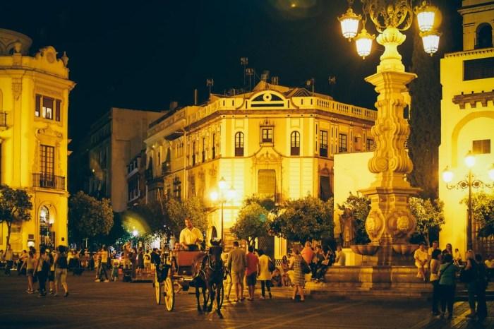 Vie nocturne sur la place de la cathédrale à seville, voyage en espagne