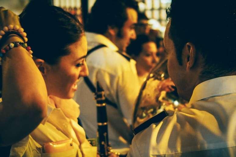 Clarinettiste de la banda señora del sol pour une procession à la vierge à seville, voyage en espagne