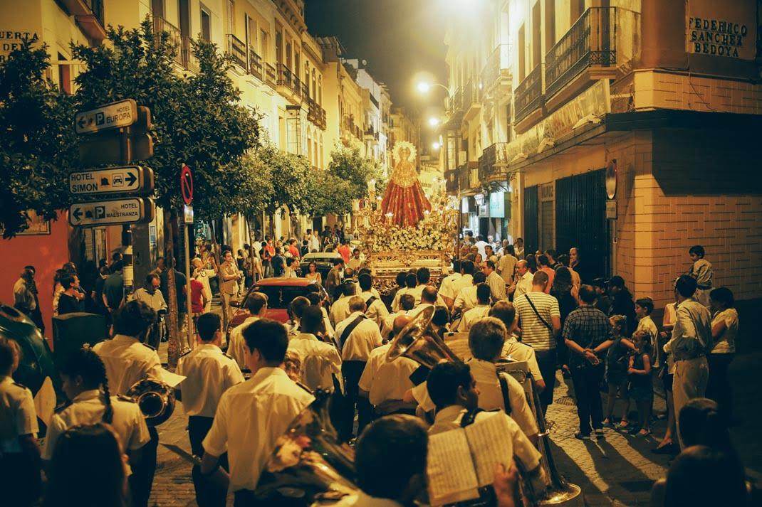 Procession à la vierge dans les rues de seville, voyage en espagne