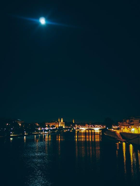 La lune et seville se reflète dans le guadalquivir, voyage en espagne