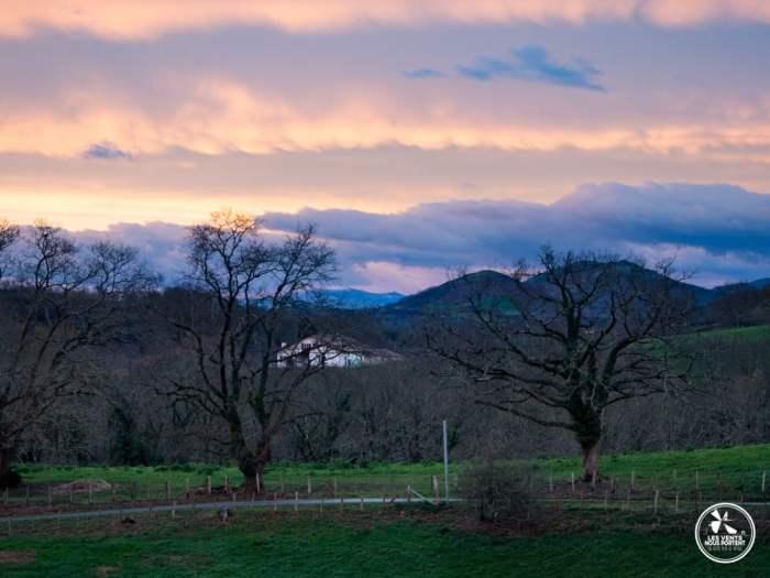 levé de soleil sur les pyrénées au dessus de la bastide clairence au pays basque