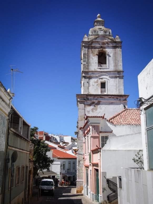 une rue et son clocher a lagos en algarve voyage portugal