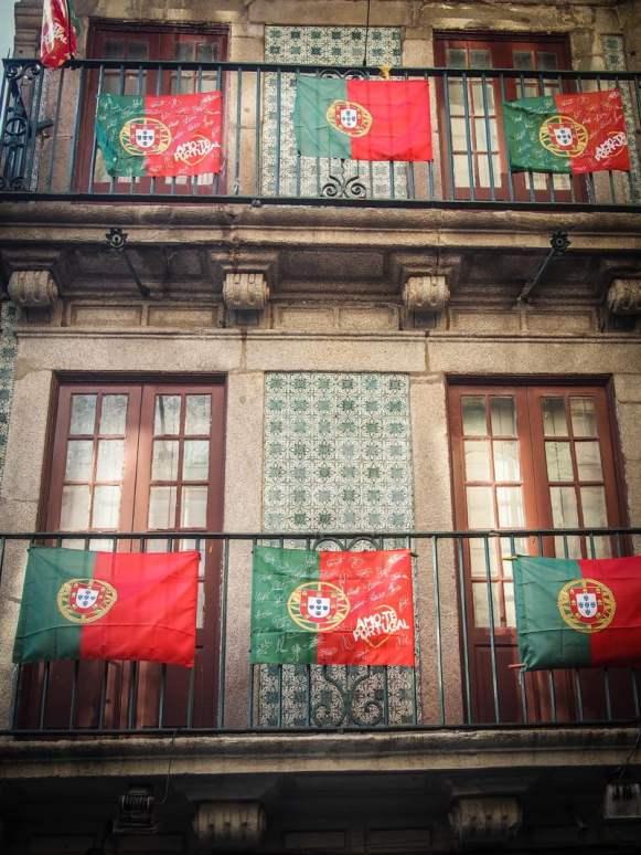 les drapeaux du portugal sur les balcons a porto voyage portugal