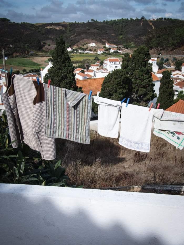 linge sachant au soleil avec vue depuis le village de odeceixe en algarve voyage portugal