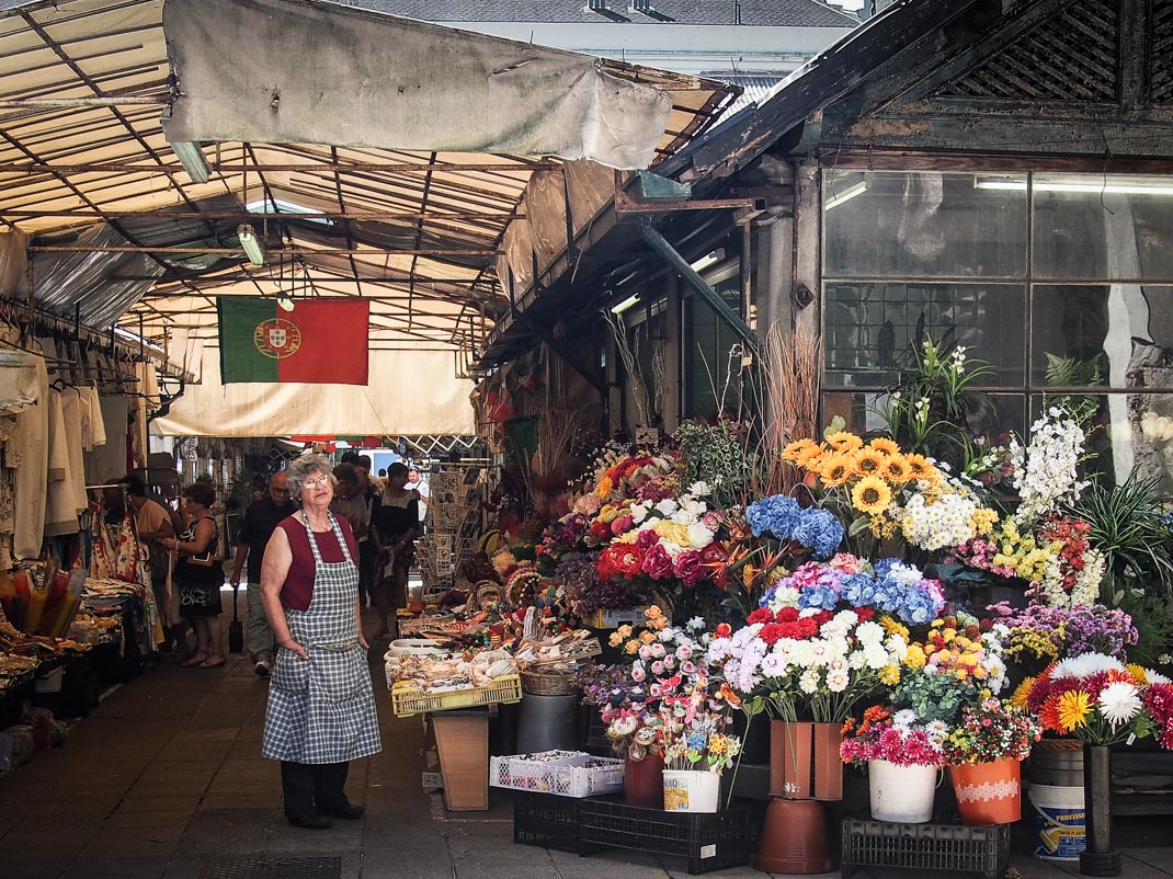 vendeuse de fleurs au marche do bolhao a porto sur son de drapeau du portugal