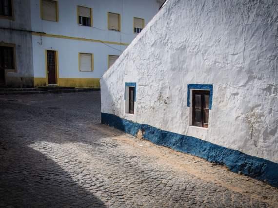 rue de odeceixe et ses murs blanchis a la chaux algarve voyage portugal