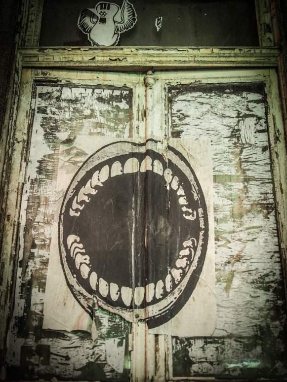 bouche ouverte sur une fenêtre street art a porto voyage portugal