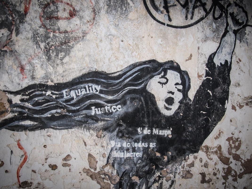 femme en lutte street art lagos algarve portugal