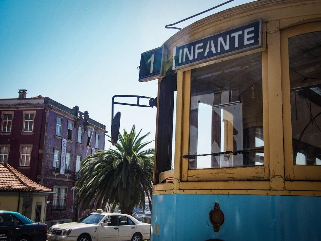 le tramway infante en direction de la plage a porto voyage portugal