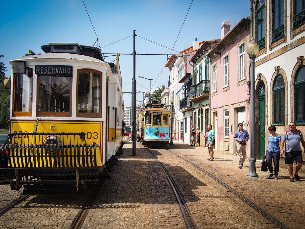 l'arrivee du tramway a la plage de porto voyage portugal