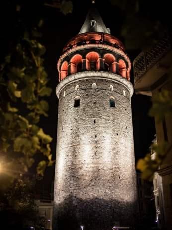 tour galata de nuit illumine a istanbul en turquie