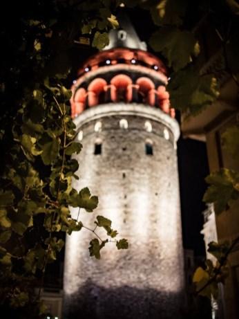 la tour galata de nuit a istanbul en turquie