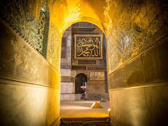 porte en or à la basilique sainte-sophie voyage à istanbul
