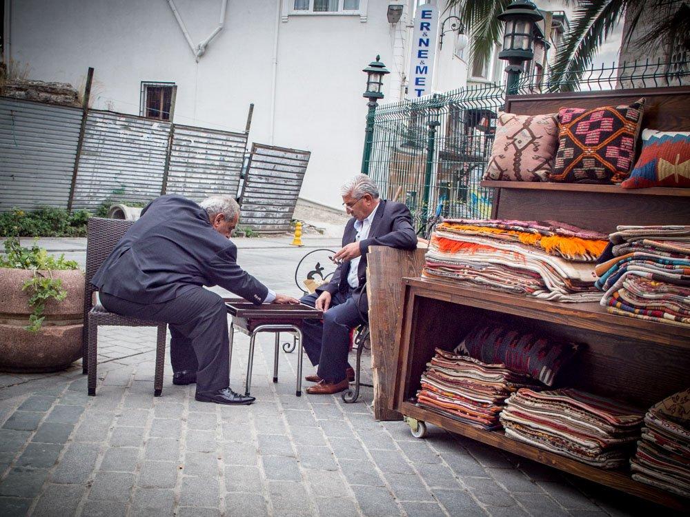 joueurs de backgammon autour de la mosquée bleue lors d'un voyage à istanbul