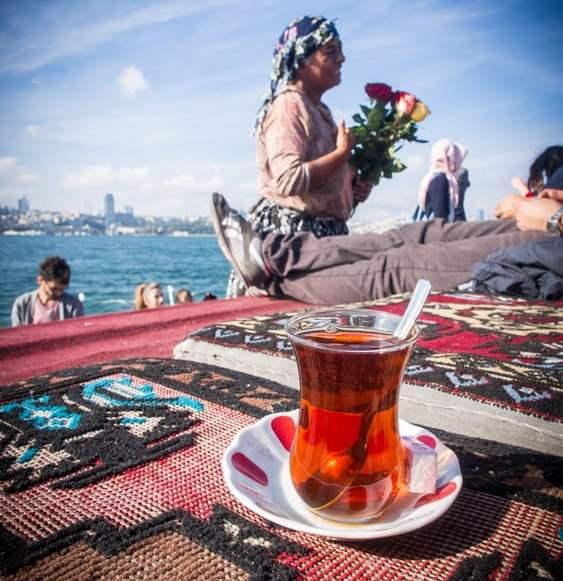 thé chai et gitane diseuse de bonaventure à istanbul